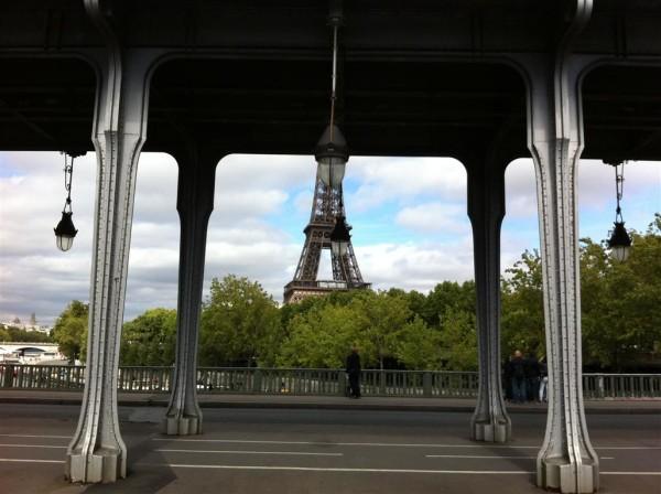 פריז בשנה שעברה. חצי אייפל, כביש מסוכן לחצייה ופנסי רחוב מושלמים