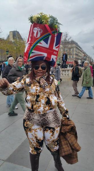 מפגינה בעצרות המחאה בפריז