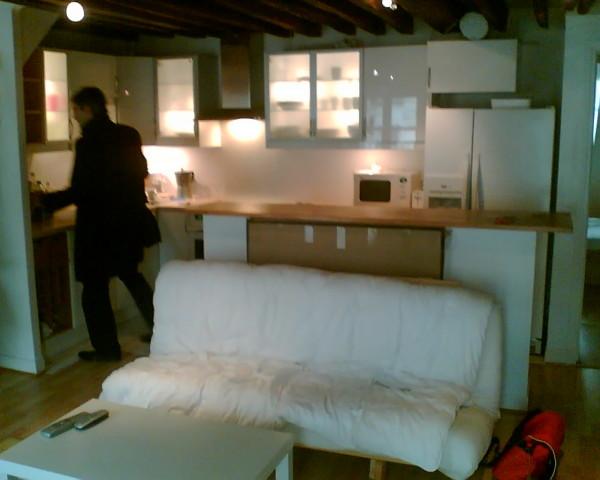 מטבח שהוא גם סלון בדירה להשכרה. פלוס מתווך צילומי טלפון (בטח נוקיה) מהעשור הקודם: מ. לביא