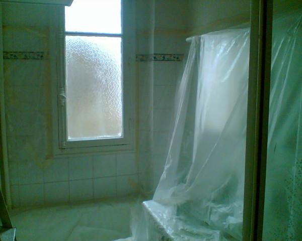 חדר אמבטיה, אור אירופאי. שלא לומר אפלולית