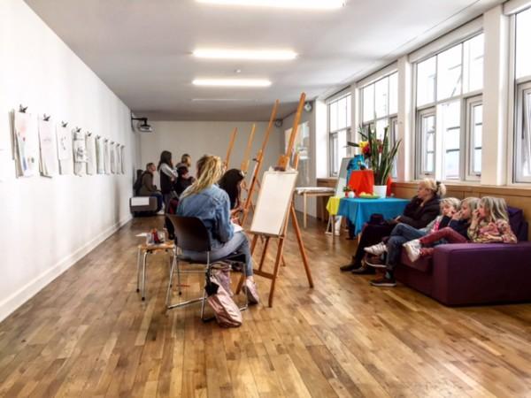 בתערוכה של הוקני אסור היה לצלם. אבל בחדר לידה, הקימו סטודיו לציור ברוחו