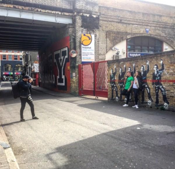 צילומי אופנה על רקע Don't Shoot, ציור קיר על ילד שחור שנורה בשגגה
