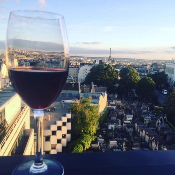 כוס יין וקצת אייפל, על גג הוטל טראס. כל מה שצריך, איך שצריך