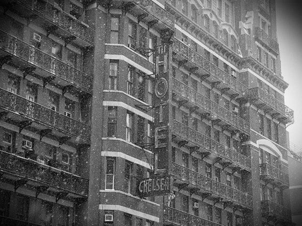 קיבוץ על קומות באמצע ניו יורק: צ'לסי הוטל / דנה קסלר